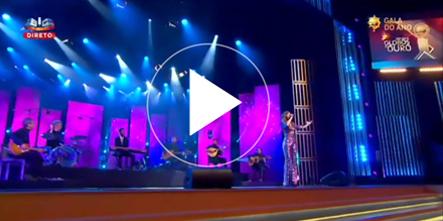 Ana Moura cantando Dia de Folga en la gala de los Globos de ouro